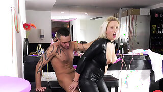 HITZEFREI Catwoman Tatjana Young on a sperm woo
